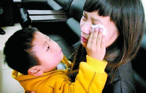 孩子在外婆的葬礼上开玩笑,没想到却深深伤害了妈妈