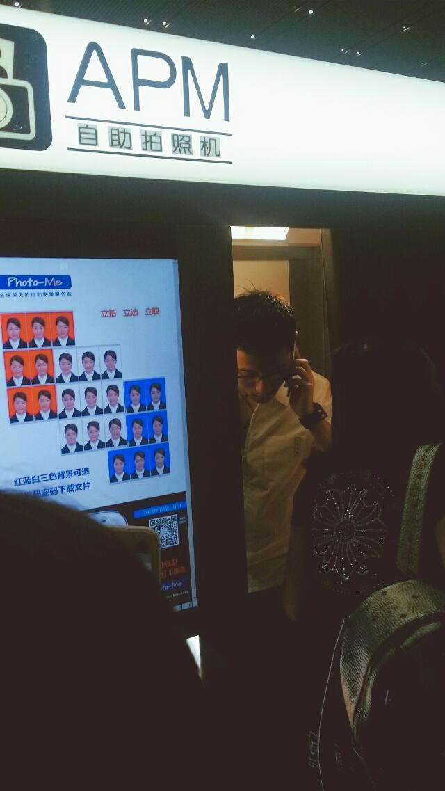 张继科忘带身份证,在机场现拍照片,黑眼镜白衬衫禁欲气息十足