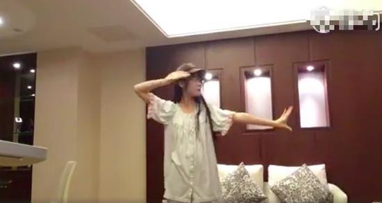 徐娇穿睡衣跳舞可爱少女风 下决心要好好学新舞了