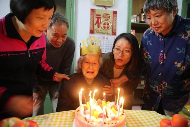 牛!余姚这位102岁老奶奶还能穿针引线补衣服