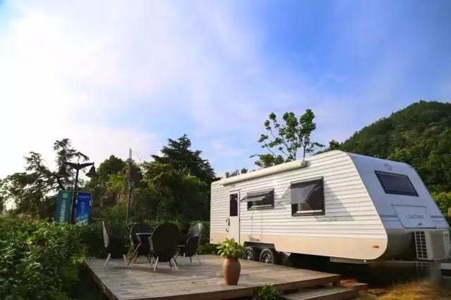 小隐上水国际房车度假营地,位于东钱湖南岸上水村,背山靠水,是国内顶级湖畔型房车露营地,也是湖泊生态颐养度假的精品体验区。