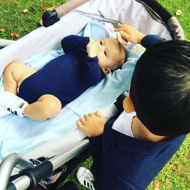 3个月大的宝宝已是晚期癌症,哥哥这样躺在一旁安抚