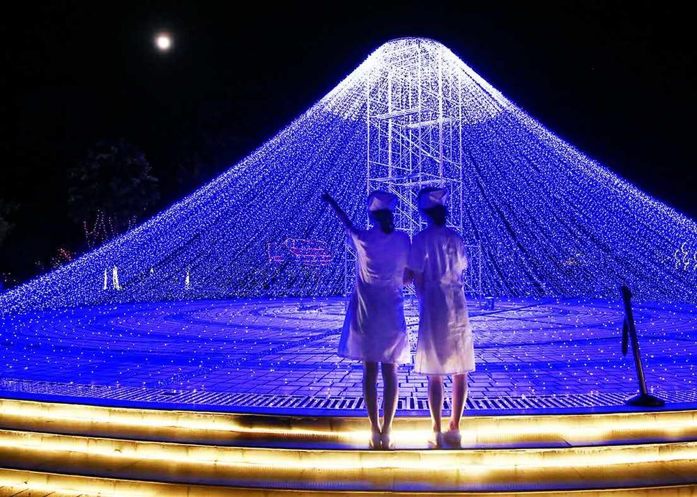 奉化康复医院60多名护士来到美丽的奉化滕头村灯光秀,在流光溢彩的夜晚尽情地秀了一把,提前过了护士节