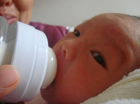 宝宝这么大了,还不断奶,不仅害了宝宝,还害了自己!