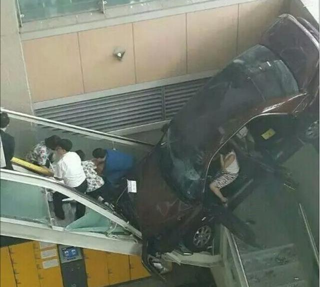 女司机一脸的懵逼,一脚油门就开了进去,看来损失很大