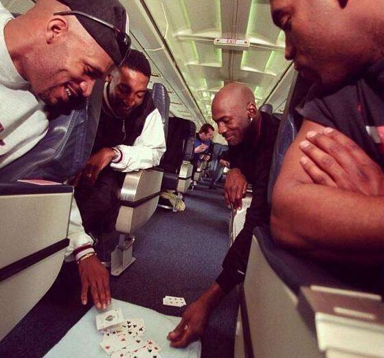 球员在飞机上都做什么?姚明看书科比看报,乔丹飞机上打牌!