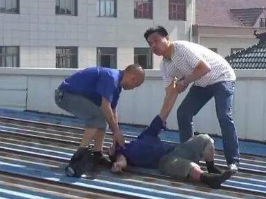 宁波有人为讨赔偿金爬上15米高台 钱到手后却中暑晕倒了