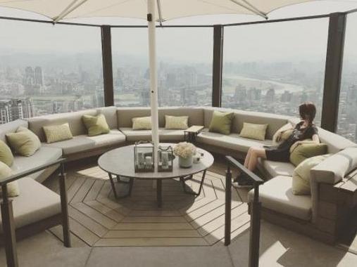 周杰伦豪宅内部首曝光 昆凌躺沙发看360度美景