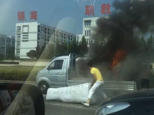 公交车开到一半冲出去救火,镇海这个光头司机帅翻网络!