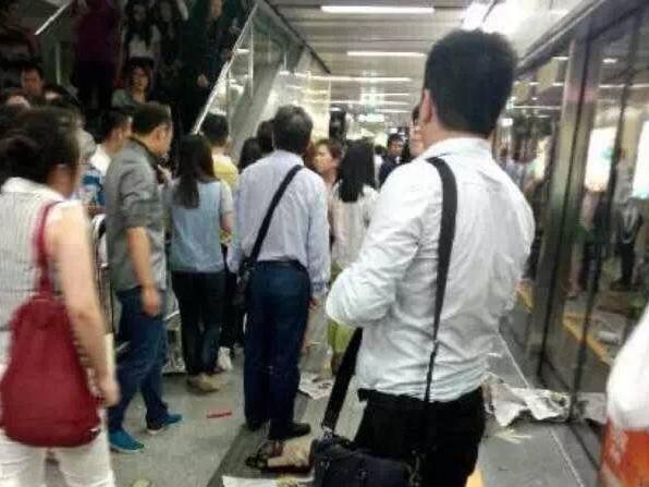 懵!男子地铁上突然奔跑,众乘客吓得狂逃…