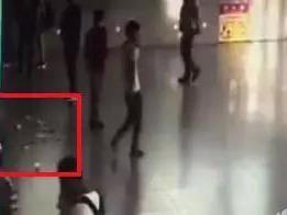 """小伙在余姚高铁北站""""疯狂""""撒钱 都是百元大钞"""
