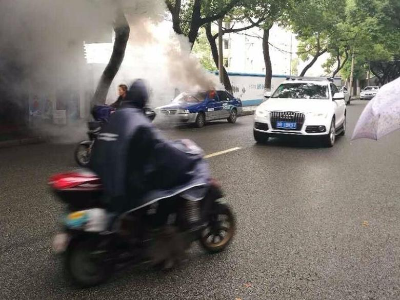海曙西河街一辆出租车诡异自燃。
