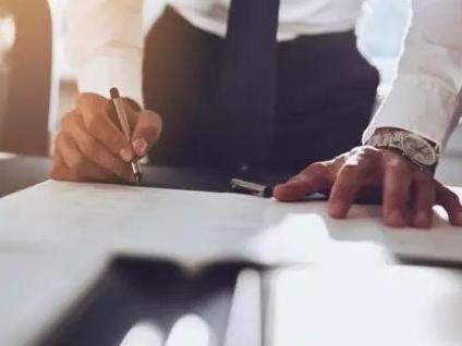 惊呆!9700元月薪被写成97000元,男子遭辞退后要求公司赔21万…