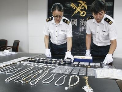 全是珍珠!宁波栎社机场一行李箱惊现86件珠宝