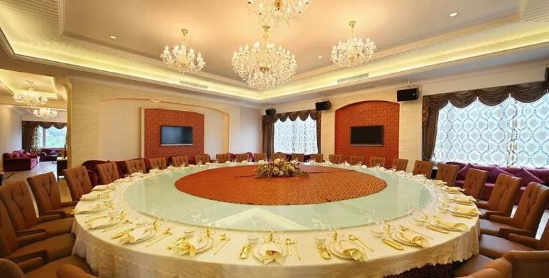 启新国际厅)堪称东钱湖第一大厅,能同时容纳30-40人同台用餐