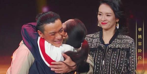 朱丹不顾形象冲上舞台拥抱周一围 章子怡表情亮了