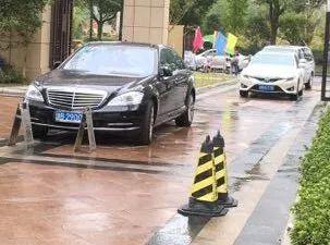 余姚一奔驰女业主未买车位进门被拦 竟弃车堵门致交通堵塞