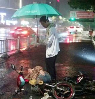 电驴车祸摔太惨,白衣先生撑起爱心伞