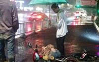 偶遇白衣先生撑起爱心伞