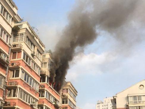 中山小区着火了!火焰从窗户里喷出,楼上倒霉了