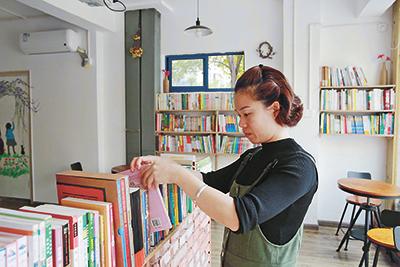 不办卡、不收费 奉化女教师家门口办起公益图书室