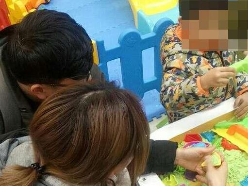 在鄞州万达玩,此女在儿童区和小孩抢玩具。这样不好吧