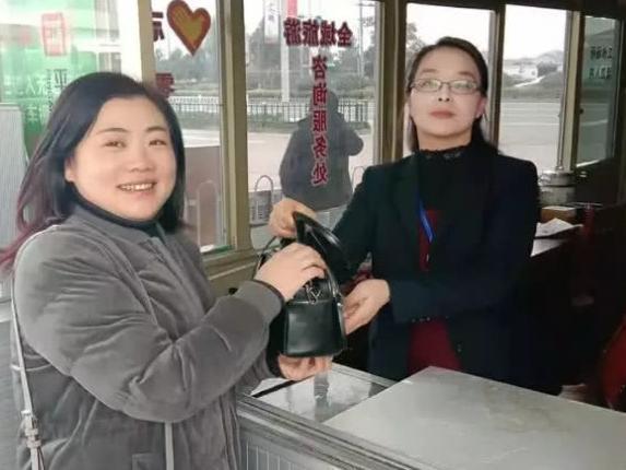 宁波大妈2万现金落在公交车上 司机一句话太霸气