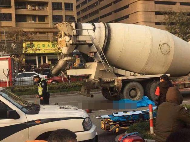 鄞州句章东路,电瓶车被大卡车压死。后面就是斑马线