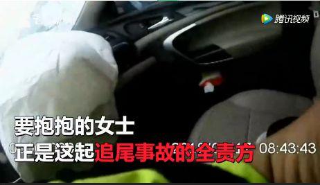"""高速路上,女司机哭着向交警""""要抱抱""""?"""