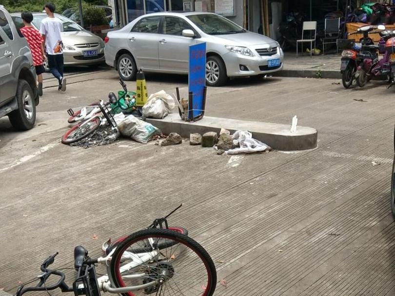 小区路中间建水泥墩啥用意?老的已变垃圾堆