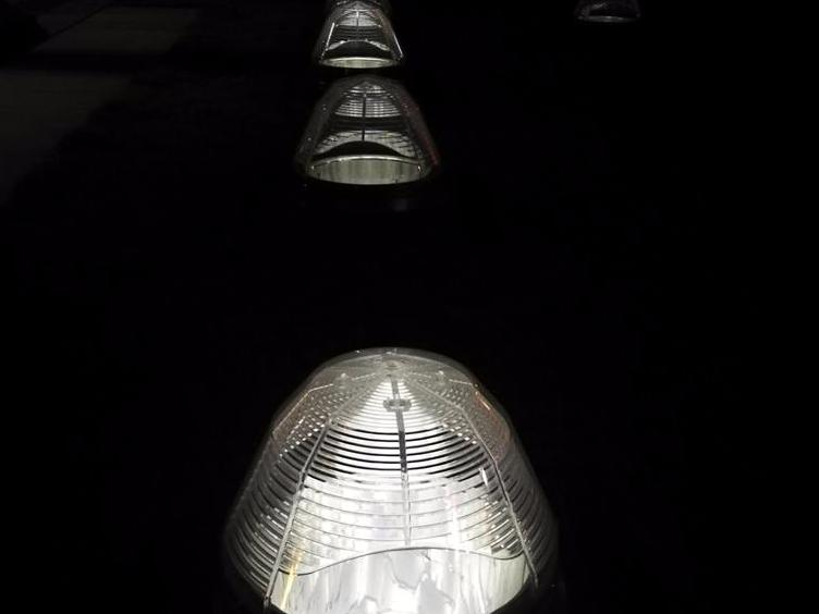 这地上白色透明似帐篷的罩子是何用?不像路灯