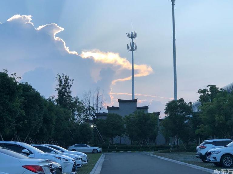傍晚,宁波天空出现一条金边!