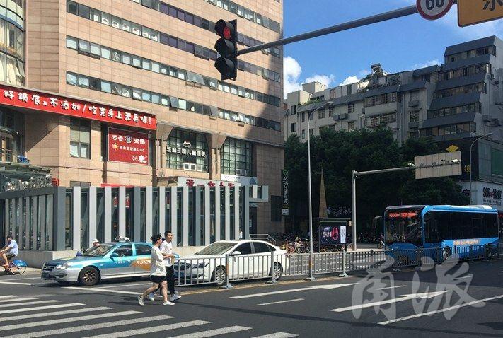 宁波有驾驶员躲在阴凉处等红灯 这样