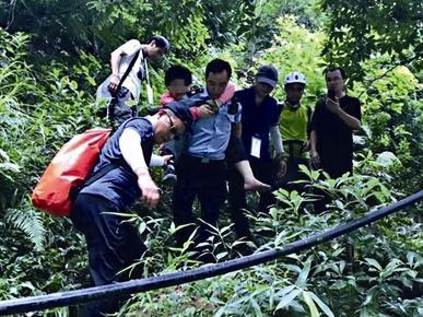 迎着台风探险 女驴友刚被救下又有50名驴友被困