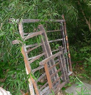 野蛮!那么大铁栏杆与钢窗,从6楼往下砸…