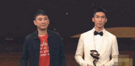 王思聪为奥运冠军颁奖