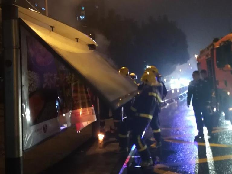 北岸琴森公交站的灯箱,在雨天烧起来了。消防神速。