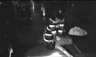女子雨夜倒在小区道路上 保安队长跪地做心肺复苏17分钟