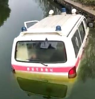 救护车冲下了河,希望司机和病人没事...