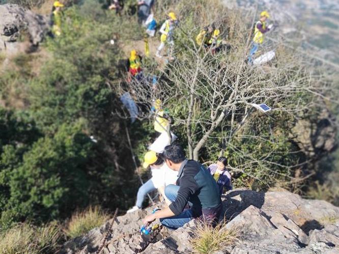 一行18人,到奉化的山顶捡垃圾,很有社会成就感。