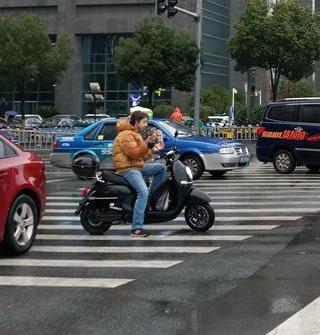 南商红绿灯罢工,司机抢道猛。此老外挺清流
