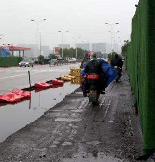 姜山一主干道泥泞难行,雨季更是无言…