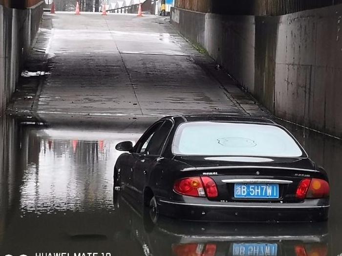 雨一直下!已有桥洞开始积水,一辆车中招。