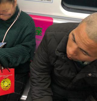 地铁坐满,某男非要挤在两女中间!