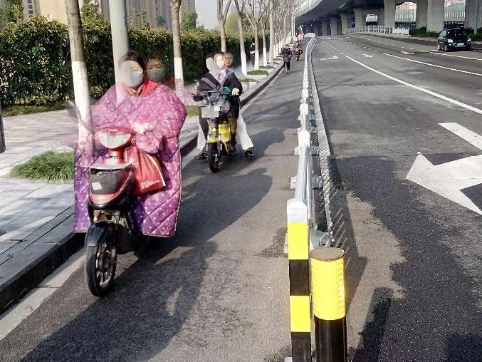 夏禹路的非机道太窄,路都划给汽车开了!