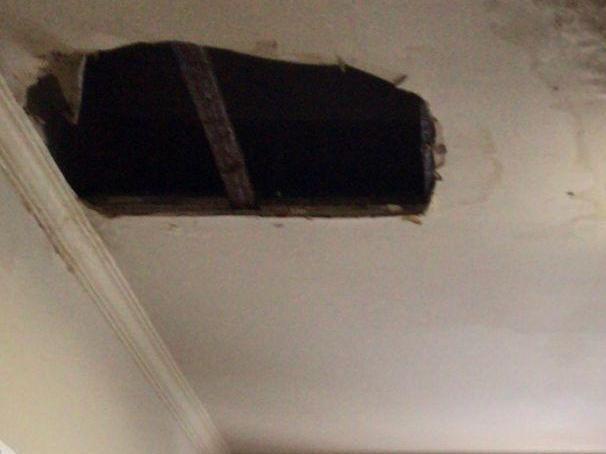去上海接美国客户,回来后发现办公室天花板有大洞