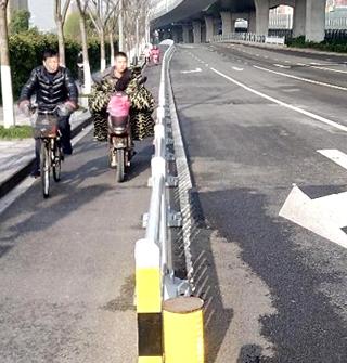 夏禹路的非机道太窄,路都划给汽车们开了