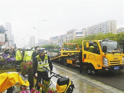 宁波开展共享单车整治 督促共享电单车落实用户戴?#25151;? width=