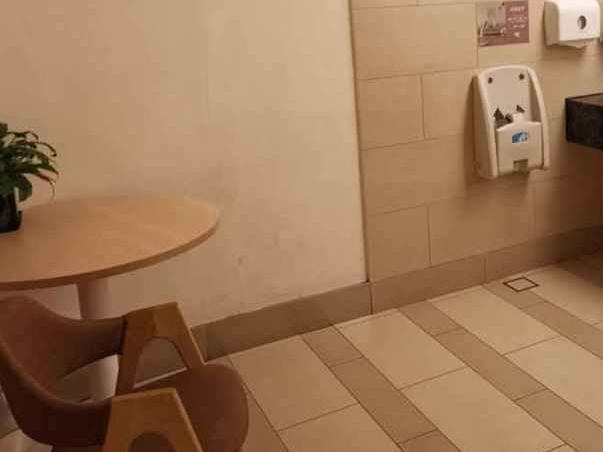 母婴室被霸占致宝妈无处喂奶 多名网红在里换衣服抽烟