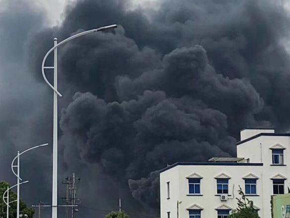 北仑白峰一个化工厂油起火了,两人失联